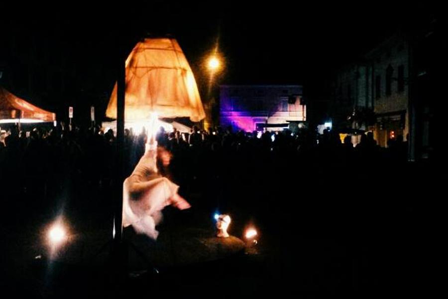 Luce danza e trapezio, Martina Nova, spettacoli aerei, la fucina del circo, Ripary evento