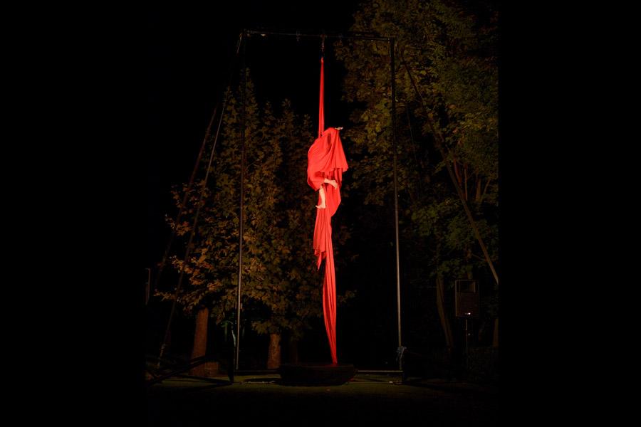 Martina Nova Tessuti aerei, spettacolo con struttura aerea all'aperto, festival nella natura, circo