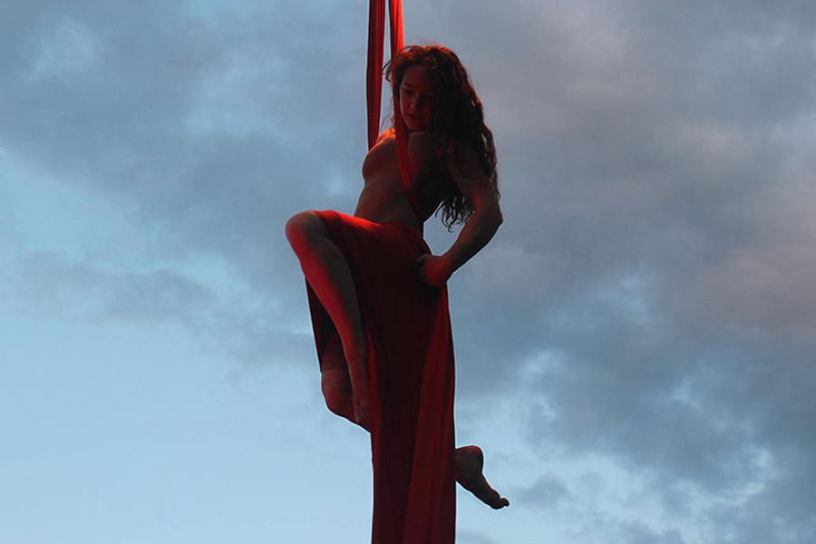 Martina Nova Tessuti aerei performance in strada di circo contemporaneo, eventi e festival