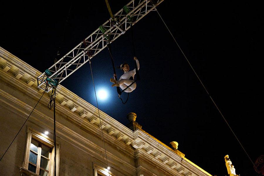 Martina Nova evento speciale di circo contemporaneo, danza aerea, spettacolo in piazza