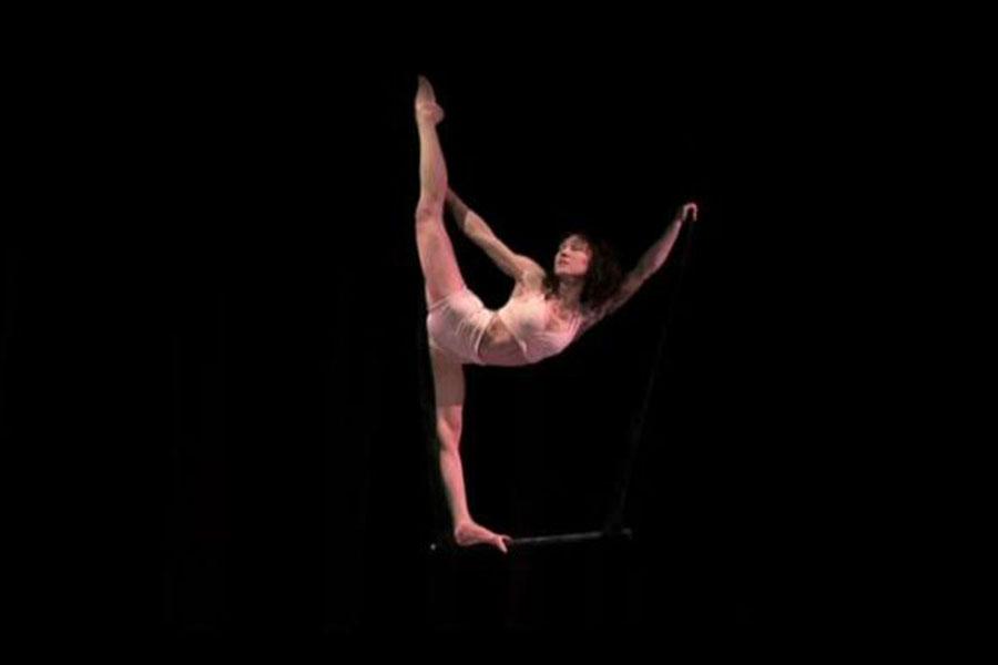 Martina Nova Trapezio aereo, performance di circo contemporaneo con struttura aerea all'aperto e al chiuso