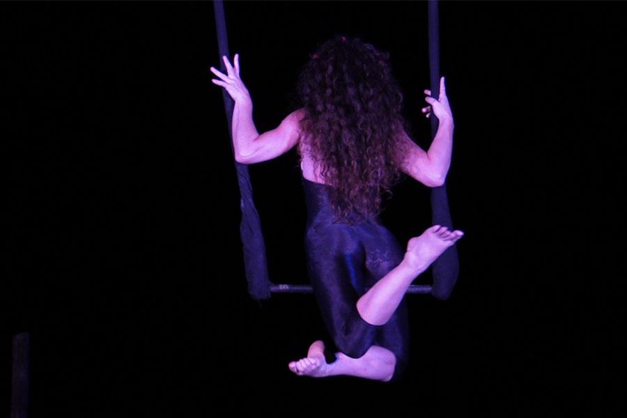 Martina Nova Trapezio aereo, performance di circo contemporaneo con struttura aerea all'aperto di giorno e sera