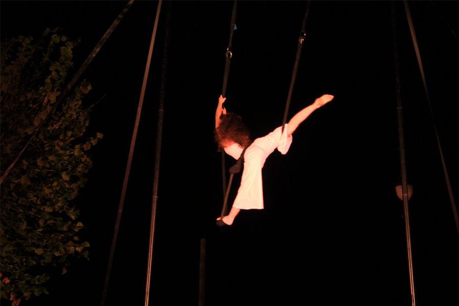 Martina Nova Trapezio aereo, spettacolo di circo contemporaneo con struttura aerea all'aperto di sera