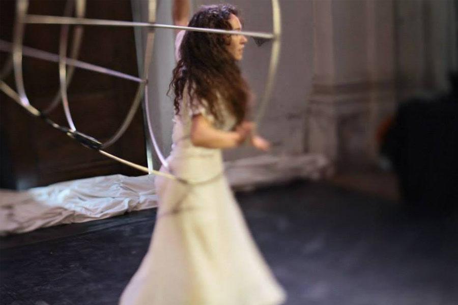 Martina Nova gabbia sonora, suoni movimenti danza acrobatica performance site specific evento privato, torino
