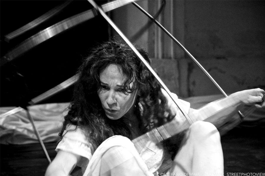 Martina Nova gabbia sonora, performance site specific audio luci movimento e acrobazie personalizzate