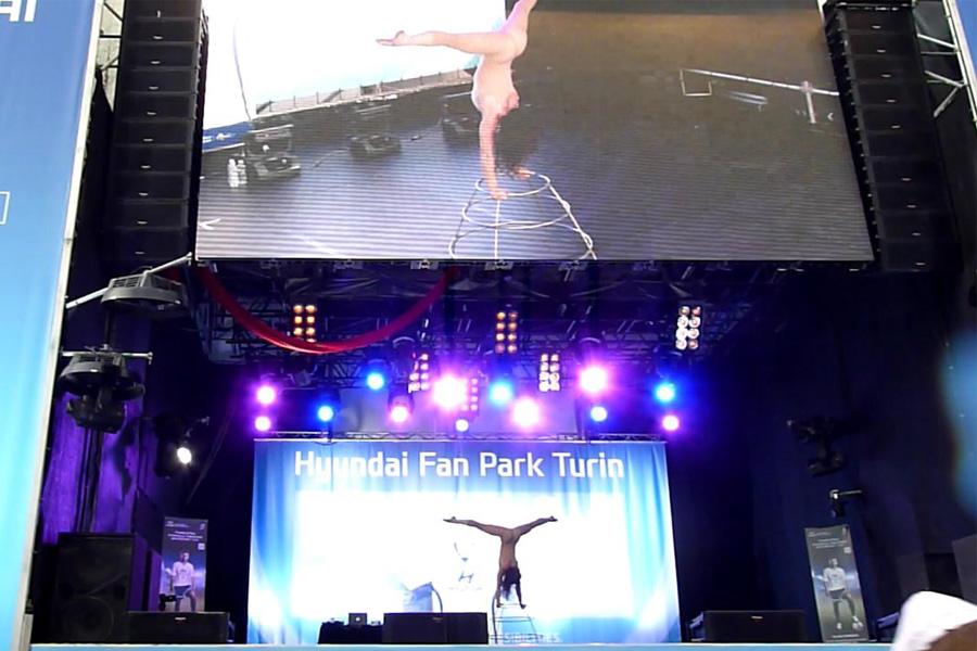 Martina Nova gabbia sonora performance di circo contemporaneo per evento privato, martina nova artista e acrobata contorsionista