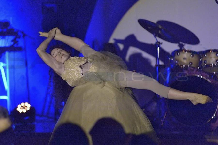 Martina Nova gabbia sonora performance di circo contemporao al casino di sanremo, martina nova artista e acrobata contorsionista