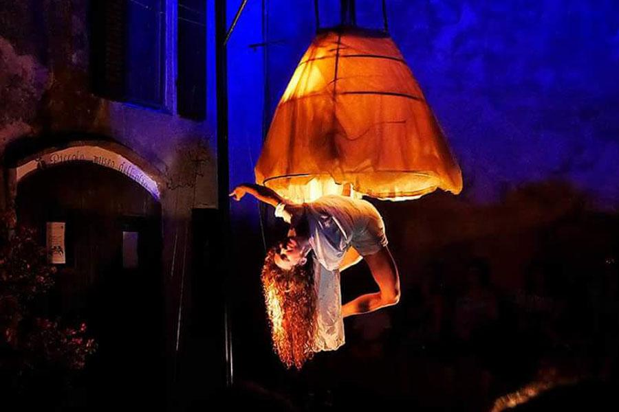 Martina Nova luce spettacolo performance di circo contemporaneo e acrobatica aerea