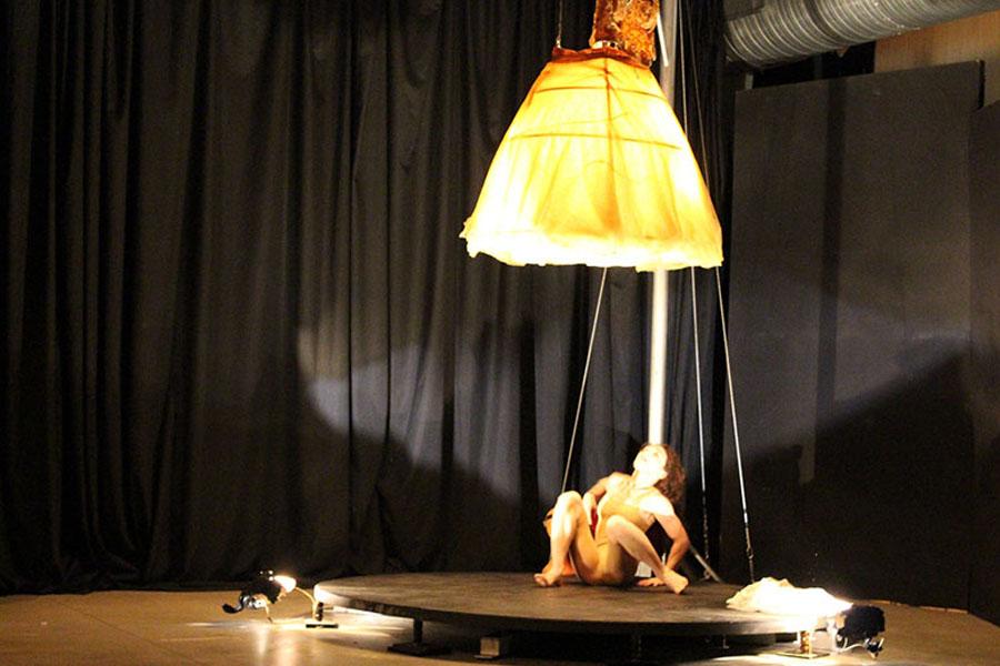Martina Nova luce spettacolo a teatro di circo contemporaneo danza e trapezio