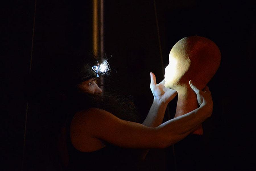 Martina Nova luce storia di un abatjour spettacolo di circo contemporaneo danza e trapezio