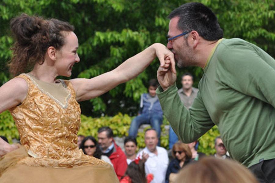 Martina Nova viaggio crinolina festival di circo di strada